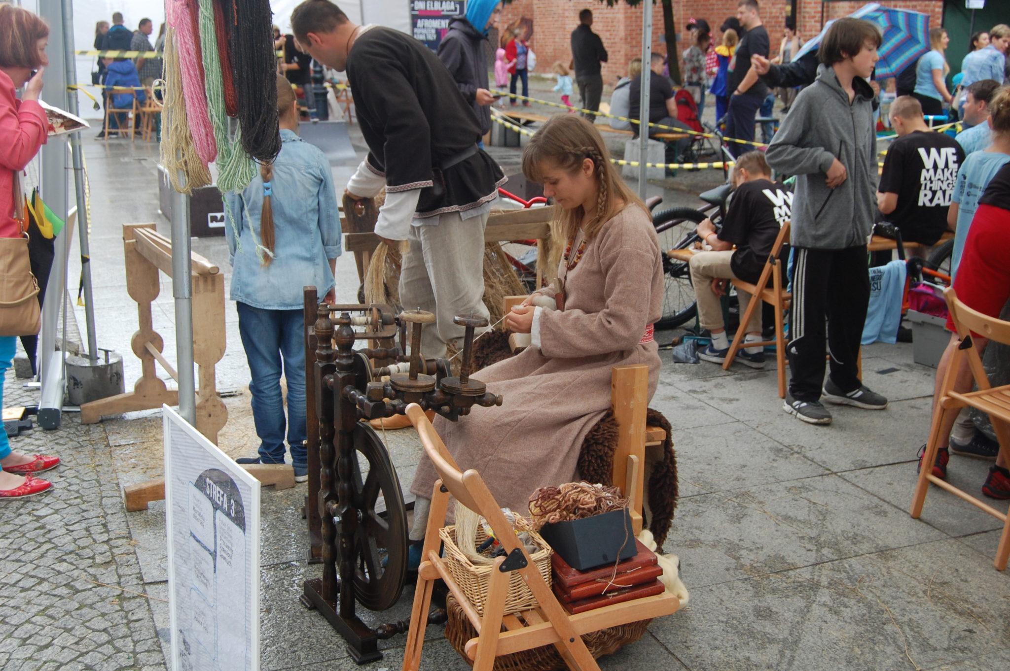 Przędzenie i międlenie na Festiwalu Wolnego Czasu w Elblągu